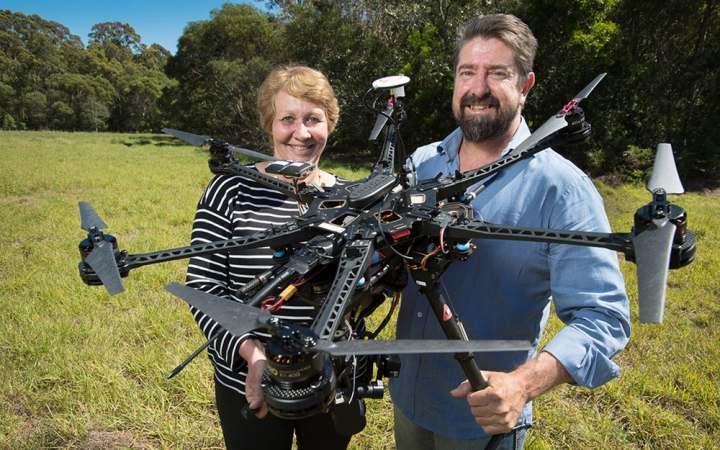 Доктор Сандра Джонсон и доктор Грант Гамильтон с одним из дронов (Фото: Квинслендский технологический университет )
